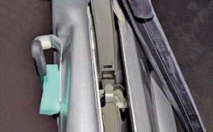 При установке направляющей стекла верхний ее язычок должен войти в паз показанный стрелкой